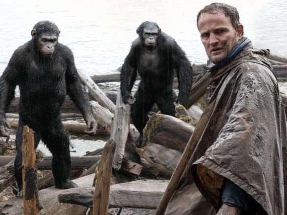 Dawn-of-the-Planet-of-the-Apes-Jason-Clarke-with-apes